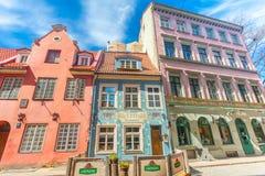 里加,拉脱维亚- 2017年5月06日:在位于市中心的色的舒适老房子的看法,教会 库存照片