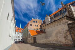 里加,拉脱维亚- 2017年5月06日:在位于里加的市中心的色的舒适老房子的看法,教会 库存图片