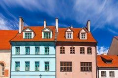 里加,拉脱维亚- 2017年5月06日:在位于里加的市中心的色的舒适老房子的看法 免版税库存照片