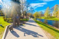里加,拉脱维亚- 2017年5月06日:在纪念碑的看法对里加找出的公园本营小山的乔治Armitsted的市长 免版税库存图片