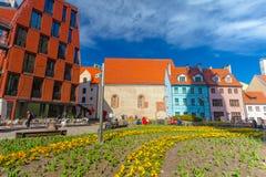 里加,拉脱维亚- 2017年5月06日:在色的舒适老房子的看法和现代房子位于里加的市中心 库存照片