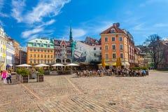 里加,拉脱维亚- 2017年5月06日:在色的舒适老房子的看法,教会和圆顶摆正与是被找出的i的街道咖啡馆 免版税库存照片