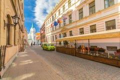 里加,拉脱维亚- 2017年5月06日:在色的舒适老房子的看法,教会和那位于市中心o 免版税库存照片