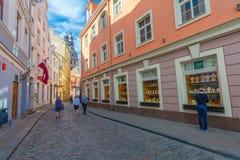 里加,拉脱维亚- 2017年5月06日:在色的舒适老房子的看法,教会,纪念品街道购物和游人那 免版税图库摄影