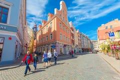 里加,拉脱维亚- 2017年5月06日:在色的舒适老房子的看法,教会,纪念品街道购物和游人那 库存照片