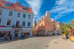 里加,拉脱维亚- 2017年5月06日:在色的舒适老房子的看法,教会,纪念品街道购物和游人那 免版税库存图片