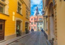 里加,拉脱维亚- 2017年5月06日:在色的舒适老房子的看法,教会,纪念品街道购物和游人那 库存图片