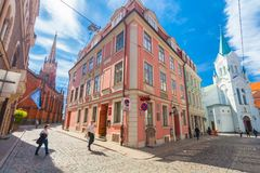里加,拉脱维亚- 2017年5月06日:在色的舒适老房子的看法,教会,纪念品街道购物和游人那 图库摄影