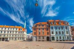 里加,拉脱维亚- 2017年5月06日:在色的舒适老房子的看法,教会,纪念品街道购物和游人那 免版税库存照片