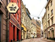 里加,拉脱维亚- 2017年9月10日:老中世纪早晨狭窄街道 被称呼的减速火箭 免版税库存照片