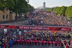 里加,拉脱维亚- 2019年5月19日:起初排队线的里加泰特马拉松的参加者 免版税图库摄影