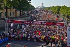 里加,拉脱维亚- 2019年5月19日:起初排队线的里加泰特马拉松的参加者 库存照片