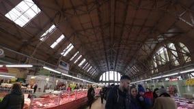 里加,拉脱维亚- 2019年3月16日:里加中央市场肉亭子,买新鲜食品-前策帕林飞艇飞机棚的人们- 影视素材