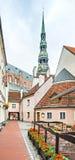 里加,拉脱维亚7月02日2017年:里加的老部分有圣伯多禄中世纪教会的  库存图片