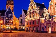 里加,拉脱维亚:老镇在晚上 图库摄影