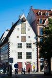里加,拉脱维亚- 2015年7月17日:一个老房子在里加老镇的中心  免版税库存照片