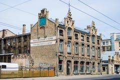 里加,拉脱维亚- 2015年7月18日:一家自行车工厂的一个老大厦在里加 库存图片