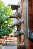 里加,拉脱维亚- 2014年8月07日:在里加雕刻布里曼(一个童话的字符的镇音乐家由兄弟格林)的 免版税库存图片