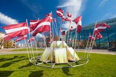 里加,拉脱维亚- 2017年5月06日:在建筑的看法有位于里加的市中心的挥动的国旗 免版税库存图片