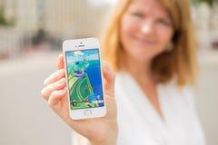 里加,拉脱维亚- 2016年7月14日:显示Pokemon的样品screenshot妇女在电话去 Pokemon Go是基于地点的增添 免版税库存图片