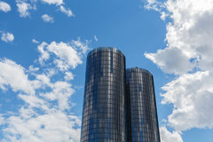里加,拉脱维亚- 2017年7月19日:现代玻璃摩天大楼 两roun 库存照片