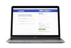里加,拉脱维亚- 2017年2月06日:社会媒体巨人facebook的注册步幅 在12英寸Macbook便携式计算机上的com 图库摄影