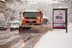 里加,拉脱维亚- 11月2016 4日:雪擦净剂汽车清洗多雪的ro 库存照片