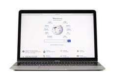 里加,拉脱维亚- 2017年2月06日:维基百科是在12英寸Macbook便携式计算机上的一本自由百科全书 库存图片