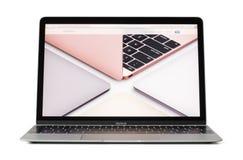 里加,拉脱维亚- 2017年2月06日:12英寸Macbook便携式计算机用在屏幕上的不同的颜色 免版税库存照片