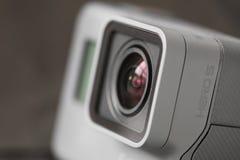 里加,拉脱维亚- 2017年2月24日:GoPro照相机HERO5会议结合4K录影,一个按钮朴素,并且声音控制所有在s 免版税图库摄影