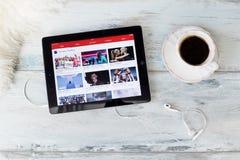 里加,拉脱维亚- 2016年2月17日:iPad的YouTube网站 YouTube允许数十亿人发现,观看和分享原物 免版税库存照片
