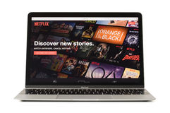 里加,拉脱维亚- 2017年2月06日:Netflix,带领观看的世界电视和电影订阅服务在12英寸Macbook la 免版税库存照片