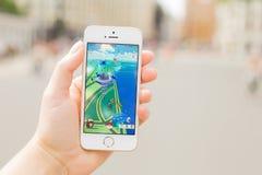 里加,拉脱维亚- 2016年7月14日:Pokemon是在电话的gameplay screenshot Pokemon Go是基于地点的被增添的现实机动性 库存照片