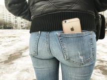里加,拉脱维亚- 2017年2月04日 在长裤的后面口袋的iPhone 6 库存图片