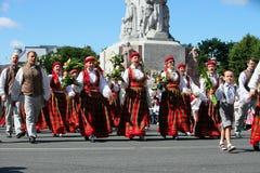 里加,拉脱维亚- 7月06 :全国服装的人们在Latvi 免版税库存照片