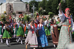 里加,拉脱维亚- 7月07 :全国服装的人们在Latvi 免版税库存照片