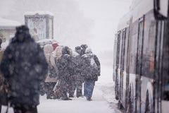 里加,拉脱维亚- 11月4 :公共交通工具中止,雪风暴 库存照片
