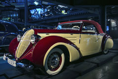 里加,拉脱维亚- 10月16 :年1939年施泰尔220 glaser体育cabrio里加马达博物馆的减速火箭的汽车, 2016年10月16日在里加, L 免版税库存照片