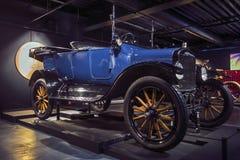 里加,拉脱维亚- 10月16 :年福特模型T里加马达博物馆的减速火箭的汽车1919年, 2016年10月16日在里加,拉脱维亚 库存图片