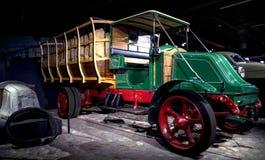里加,拉脱维亚- 10月16 :年1919年雷诺傅马达博物馆的减速火箭的汽车, 2016年10月16日在里加,拉脱维亚 免版税图库摄影