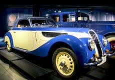 里加,拉脱维亚- 10月16 :年1938 BMW 327/328里加马达博物馆的减速火箭的汽车, 2016年10月16日在里加,拉脱维亚 免版税库存照片
