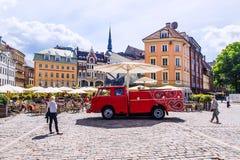 里加, LATVIA-JUNE 10日2017年:在圆顶的街道咖啡馆在R摆正 免版税图库摄影