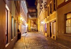 里加 晚上老街道 库存照片