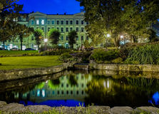 里加9月09日:一个池塘的夜视图Bastejkalns同水准的 库存照片