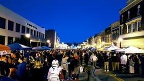 里士满, KY美国-人群在vendor& x27附近聚集; 在每年万圣夜农村舞会期间的s帐篷 免版税库存照片