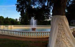 里士满VA有树的,喷泉,小山,在日落的豪宅美国Maymount 库存照片