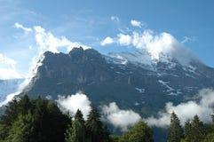 里奇和艾格峰在云彩附近的格林德瓦锐化在瑞士 免版税库存图片