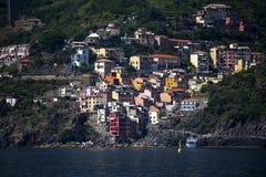 里奥马焦雷利古里亚的Cinqueterra海岸线的一个渔村在北意大利 村庄不可能由路到达, 免版税库存图片