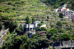 里奥马焦雷利古里亚的Cinqueterra海岸线的一个渔村在北意大利 村庄不可能由路到达, 免版税库存照片