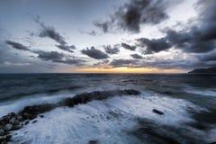 里奥马焦雷小游艇船坞在波浪中的 免版税库存图片